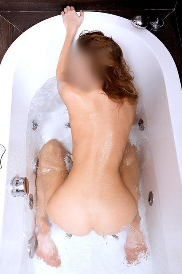 Carla – Aime être nue et veut toujours avoir des relations sexuelles