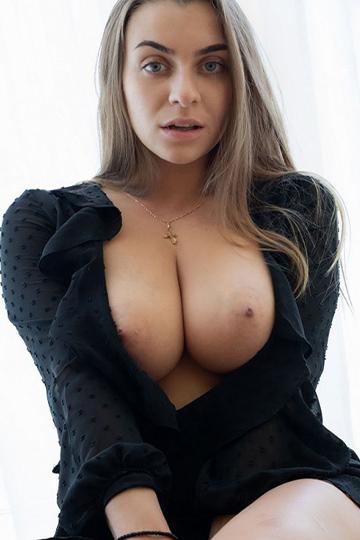 Elena – La meilleure hôtesse de Berlin aux seins XXL adore le sexe